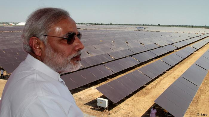 Solar Indien - Gujarat state Chief Minister Narendra Modi overlooks the panels at a newly inaugurated solar energy farm at Gunthawada in Gujarat state, about 175 kilometers (109 miles) north of Ahmadabad, India, Friday, Oct. 14, 2011.