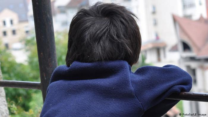 From behind: A child's head looks out over a railing Photo: Fotolia/LE image