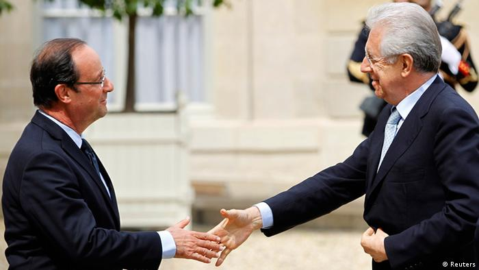 France's President Francois Hollande (L) greets Italy's Prime Minister Mario Monti before a working lunch at the Elysee Palace in Paris July 31, 2012.