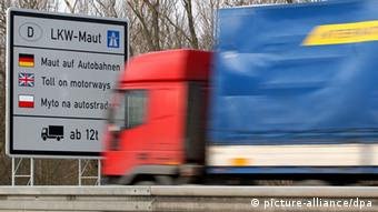 A truck passes a toll sign (photo: Patrick Pleul +++(c) dpa - Report+++)