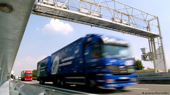 Грузовик проезжает под элетронной системой оплаты проезда грузовиков по немецким автобанам