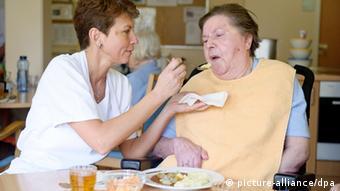 Njegovateljica pomaže ženi u staračkom domu