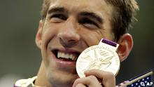 United States' Michael Phelps poses with his gold medal for the men's 4x200-meter freestyle relay swimming final at the Aquatics Centre in the Olympic Park during the 2012 Summer Olympics in London, Tuesday, July 31, 2012. (Foto:Matt Slocum/AP/dapd)