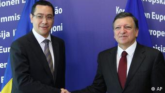 European Commission President Jose Manuel Barroso, right, welcomes Romania's Prime Minister Victor-Viorel Ponta, at the European Commission headquarters in Brussels, Thursday, July 12, 2012. Romania's prime minister was meeting with top EU officials Thursday to explain the president's impeachment by parliament, after the EU raised concerns about the hurried manner in which the ouster was carried out. (Foto:Yves Logghe/AP/dapd)