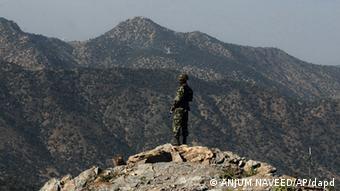 A Pakistani soldier stands alert at the Afghan-Pakistani border at Kundigar (Photo: AP/ Anjum Naveed)