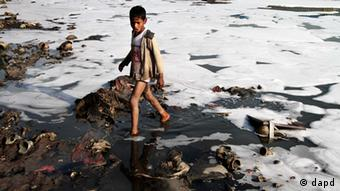 An Indian boy looks for reusable material in the polluted waters of the Yamuna River in New Delhi, India Copyright: Tsering Topgyal/AP/dapd)