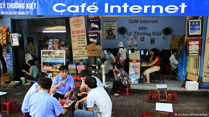 Customers enjoy a drink while others browse the Internet at an Internet cafe in Hanoi, Vietnam Photo: Servais Mont/Pictobank +++(c) dpa - Report