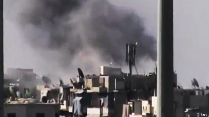 This image made from amateur video released by the Ugarit News and accessed Tuesday, July 31, 2012, purports to show black smoke rising from buildings in Aleppo, Syria. United Nations observers say fighter jets are firing on anti-government rebels in Aleppo. The airstrikes come after President Bashar Assad issued a rare statement today, urging his armed forces to step up the fight against the rebels. (Foto:Ugarit News via AP video/AP/dapd) THE ASSOCIATED PRESS IS UNABLE TO INDEPENDENTLY VERIFY THE AUTHENTICITY, CONTENT, LOCATION OR DATE OF THIS HANDOUT PHOTO