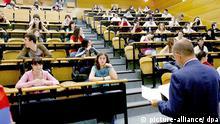 Schulabgänger bei der Aufnahmeprüfung an der Universität von Madrid in der Fakultät für Zahnmedizin, aufgenommen am 12.06.2007. Foto: J.I. Pino +++(c) dpa - Report+++
