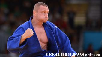Germany's Dimitri Peters celebrates winning against Israel's Ariel Zeevi during their men's -100kg judo contest match of the London 2012 Olympic Games on August 2, 2012 at the ExCel arena in London.