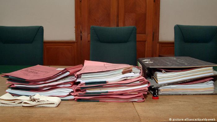 Судейский стол с папками