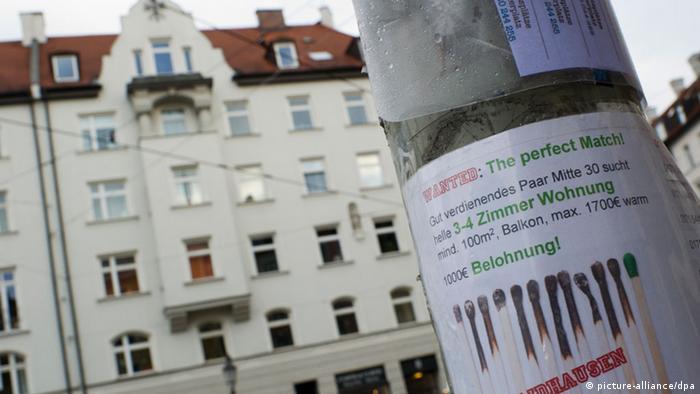 Тумба с объявлением о поиске квартиры в аренду