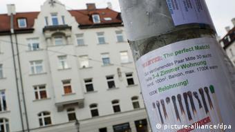 Oglas s jedne laterne u Münchenu: Traži se stan za unajmljivanje. Par koji dobro zarađuje, tridesetih godina, traži 3-4-sobni stan, najamnina s grijanjem maksimalno 1.700 eura. 1.000 eura nagrada onome tko nam ukaže na dobru priliku.