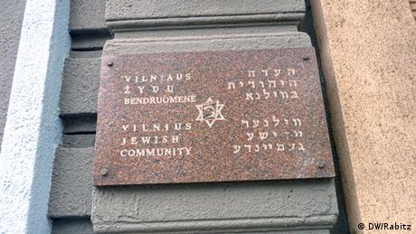 The plaque on the door to the Committee for the Survivors of the Lithuanian Ghettoes in Vilnius, July 2012. Foto: DW/Rabitz