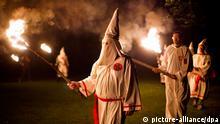 ARCHIV - Mitglieder der «Knights of the Southern Cross of the Ku Klux Klan» (KSCKKK) nehmen mit Mitgliedern anderer Klan-Orden aus Virginia an einer Zeremonie auf privatem Grund in der Nähe von Powhatan, Virginia, USA teil (Archivbild vom 28.05.2011). Das baden-württembergische Innenministerium hatte bestätigt, dass zwei Polizisten aus dem Land Verbindungen zu dem rassistischen Geheimbund gehabt haben und noch im Staatsdienst arbeiten. EPA/JIM LO SCALZO (zu lsw 0539 vom 01.08.2012) +++(c) dpa - Bildfunk+++
