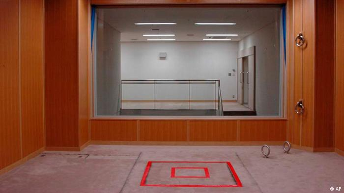 The trapdoor where a condemned criminal is to stand is marked with a red double square on the floor in an execution room at Tokyo Detention Center. (Foto:Justice Ministry/AP/dapd) EDITORIAL USE ONLY, NO CROPPING ALLOWED