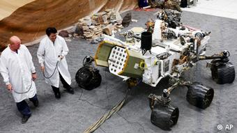 Engineers work on a model of the Mars rover Curiosity at the Spacecraft Assembly Facility at NASA's Jet Propulsion Laboratory in Pasadena, (Foto:Damian Dovarganes/AP/dapd)