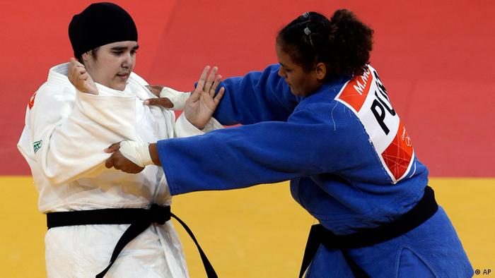 Saudi Arabia's Wojdan Shaherkani and Puerto Rico's Melissa Mojica compete during the women's 78-kg judo competition at the 2012 Summer Olympics, Friday, Aug. 3, 2012, in London. (Foto:Mike Groll/AP/dapd)