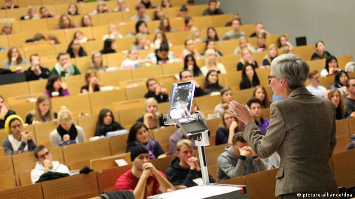 Dr. Kornelia Freitag, Professorin für Amerikanistik, hält am Montag (17.10.2011) in einem Hörsaal der Ruhr-Universität in Bochum eine Vorlesung der Amerikanistik. Foto: Fabian Stratenschulte dpa/lnw Schlagworte Hochschulen, ---, Universität