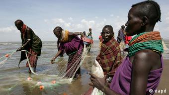 Turkana women catching fish ((ddp images/AP Photo/Karel Prinsloo)