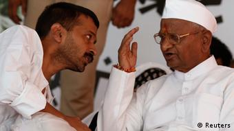 Veteran Indian social activist Anna Hazare (R) speaks to Arvind Kejriwal (Photo: REUTERS/Adnan Abidi)