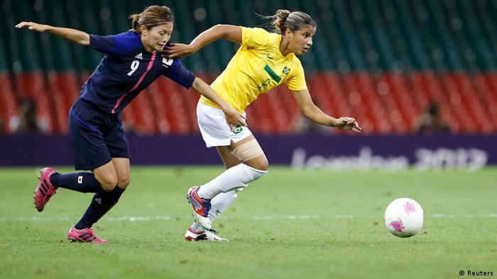Fabiana domina bola ainda no início do jogo