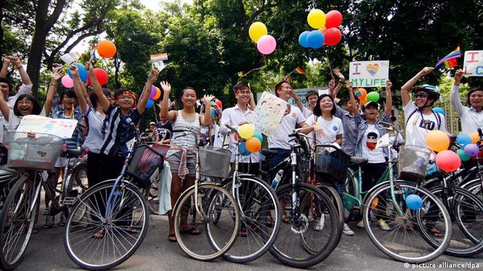 Die erste Gay-Pride-Parade in Vietnam. Foto: EPA