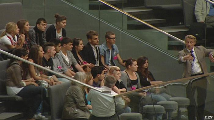 A school class gets a tour of the German Parliament (DW)