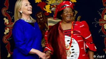 U.S. Secretary of State Hillary Rodham Clinton, left, meets with Malawi's President Joyce Banda at the State House in Lilongwe, Malawi, on Sunday, Aug. 5, 2012, in the first visit to Malawi by any U.S. Secretary of State. (Foto:Jacquelyn Martin, Pool/AP/dapd)