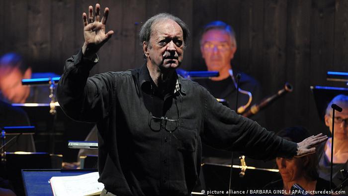 Nicolaus Harnoncourt, dirigiendo La flauta mágica durante el Festival de Salzburgo en 2013.