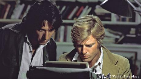 Dustin Hoffman with Robert Redford at a typewriter Photo: Warner Bros./dapd