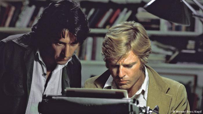 Dustin Hoffman with Robert Redford at a typewriter Photo: Warner Bros./dapd