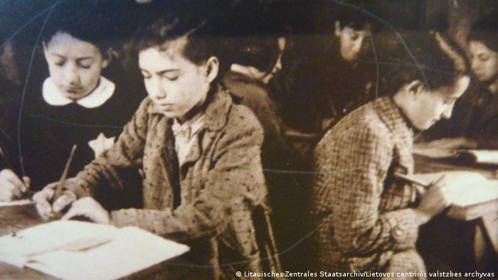 *****ACHTUNG!!!!!! Dieses Foto darf nur im Zusammenhang mit der Berichterstattung über Jüdisches Leben in Litauen und das Projekt Spurensuche verwendet werden!************************** Titel: Kinder in einer Untergrundschule im Ghetto Kaunas. Zugeliefert durch Cornelia Rabitz am 6.8.2012. Copyright: Litauisches Zentrales Staatsarchiv (Lietovos centrinis valstzbes archyvas)