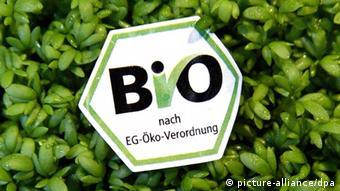 Ein Biosiegel auf einer Packung Kresse (Foto: dpa)