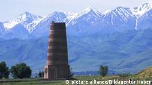 Burana-Turm bei Bischkek mit dem Tian Shan-Gebirge, Gebiet Tschüi, Kirgisistan