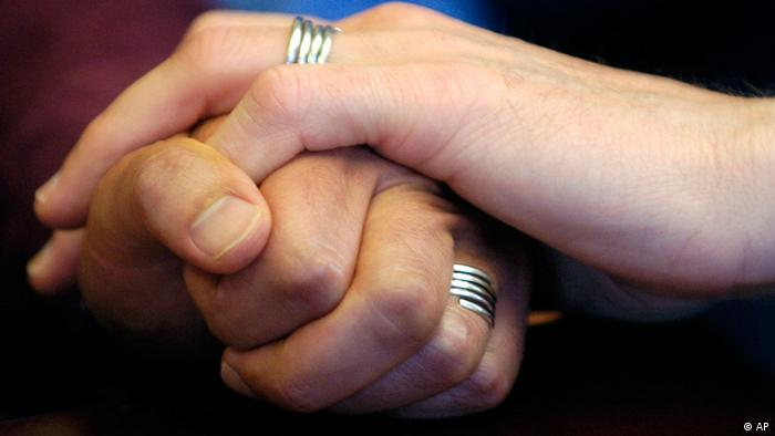Two people holding handings, wearing wedding bands (APN Photo/Benjamin Sklar) *** zu APD5089 ***