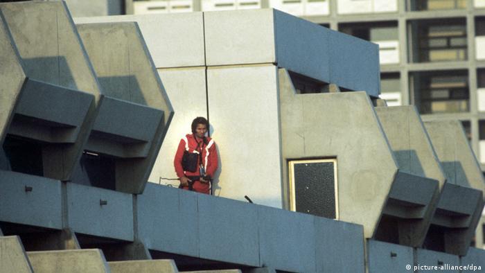 پنجم سپتامبر ۱۹۷۲؛ یک مأمور پلیس مونیخ بر بام مشرف بر محل حضور گروگانگیران