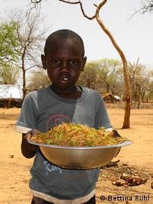 A boy in Sudan with a bowl of tree leaves (Photo: Bettina Rühl)
