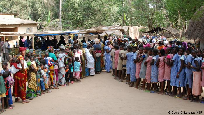 Men, women and children waiting in line for cholera vaccinations (photo: David Di Lorenzo/MSF)