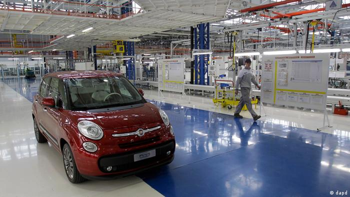 A Serbian factory worker looks at a Fiat 500 L car in the assembly hall in the new FIAT factory, in Kragujevac, some 100 kilometers (70 miles) south of Belgrade, Serbia, Monday, April 16, 2012. Italian carmaker Fiat has opened a production line in Serbia for its new 500L family model, to expand on the popularity of its two-door 500 city car. Fiat hopes to sell about 160,000 hatchbacks a year produced in this central Serbian town, to take advantage of low wages, tax breaks and government subsidies. (Foto:Darko Vojinovic/AP/dapd).