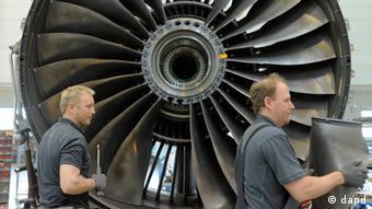 Рабочие на заводе по выпуску авиадвигателей в Тюрингии