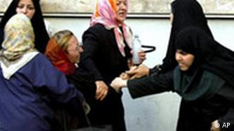سی سال پس از انقلاب، مسئلهی جنبش زنان ایران فراتر از مسئلهی حجاب میرود. تبعیضهای حقوقی و اجتماعی آنها را به مقاومت برانگیخته است.
