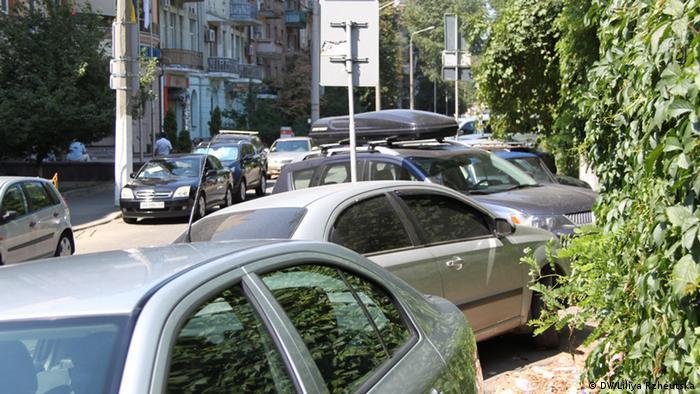 Пробиратися київськими тротуарами подекуди доводиться нелегко