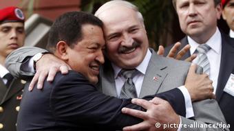 Чавес обнимает Лукашенко