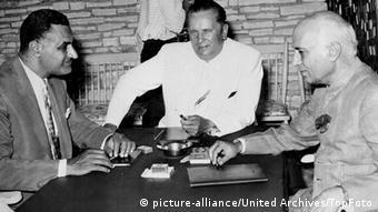Οι πρωτεργάτες του Κινήματος των Αδεσμεύτων Νάσερ, Τίτο και Νεχρού σε στιγμιότυπο από συνάντηση στη Γιουγκοσλαβία το 1956