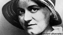 ARCHIV - Undatierte Aufnahme der katholischen Philosophin Dr. Edith Stein. Am 12. Oktober 1891 wurde sie in Breslau als Tochter einer jüdischen Kaufmannsfamilie geboren. Von 1911 bis 1915 Studium der Philosophie, Germanistik und Geschichte. 1922 Eintritt in die Katholische Kirche. Vor 70 Jahren wurde die Nonne Edith Stein in Auschwitz ermordet. Mithäftlinge beschrieben sie als «Engel», der Papst sprach sie 1998 heilig. Doch ob die Jüdin wirklich als katholische Märtyrerin gelten kann, ist umstritten. (zu dpa: Jüdin und katholische Heilige - Vor 70 Jahren starb Edith Stein) +++(c) dpa - Bildfunk+++