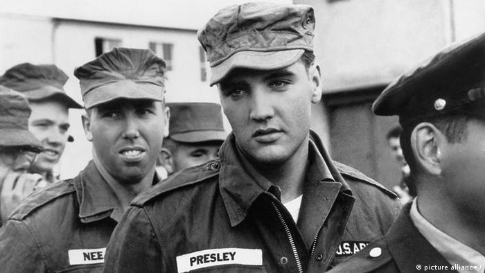 Elvis Presley in US-Uniform mit weiteren Soldaten (Foto: picture alliance)