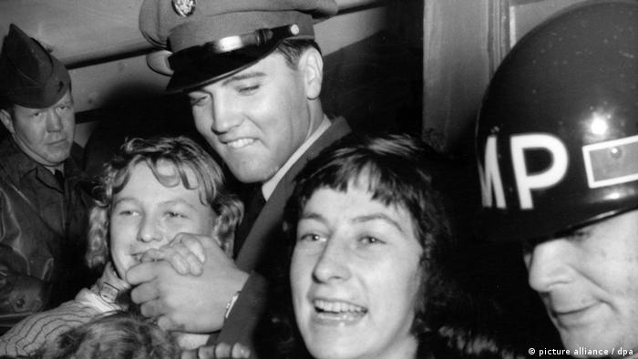 Fans surround Elvis Presley in a close-up shot Photo: dpa/lhe +++(c) dpa - Bildfunk+++