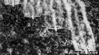 Vier amerikanische Flugzeuge vom Typ C 123 versprühen im September 1965 Baumentlaubungsmittel über dem südvietnamesischen Dschungel nahe Tan Son Nhut. Während des Vietnamkrieges wurde in den Jahren 1962 bis 1971 ein Gebiet von insgesamt 2,5 Millionen Hektar mit Herbiziden besprüht. Zu 80 Prozent setzte das US-Militär dabei das hochgiftige, dioxinhaltige Agent Orange zur Entlaubung des Dschungels ein, um den Gegner seiner Rückzugsgebiete und Nachschubwege zu berauben. +++(c) dpa - Report+++