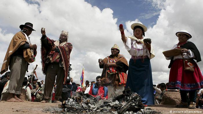 Los ritos y la cosmovisión indígena conviven en Bolivia con la fe católica.